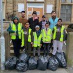 جوانان مسلمان بریتانیایی خیابانها را پس از جشن کریسمس تمیز کردند